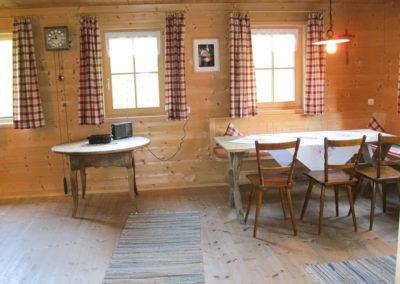 Gemütliches Wohnzimmer mit Zirbenmöbeln